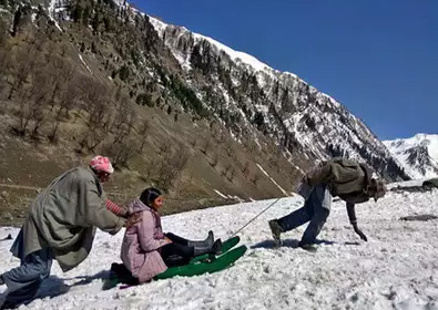 Enjoy Snowfall In Sonmarg